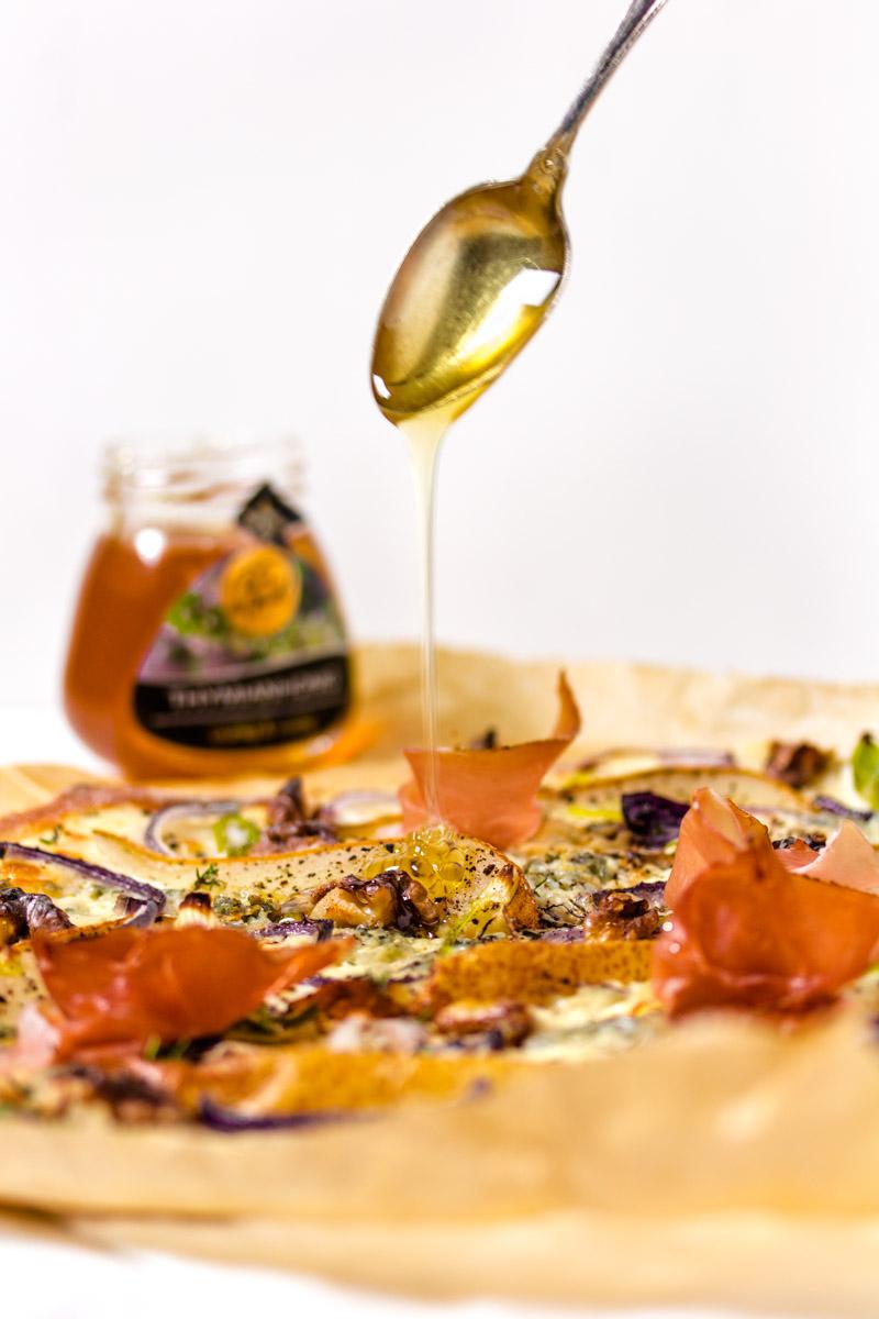 Birnen-Gorgonzola-Flammkuchen mit Honig