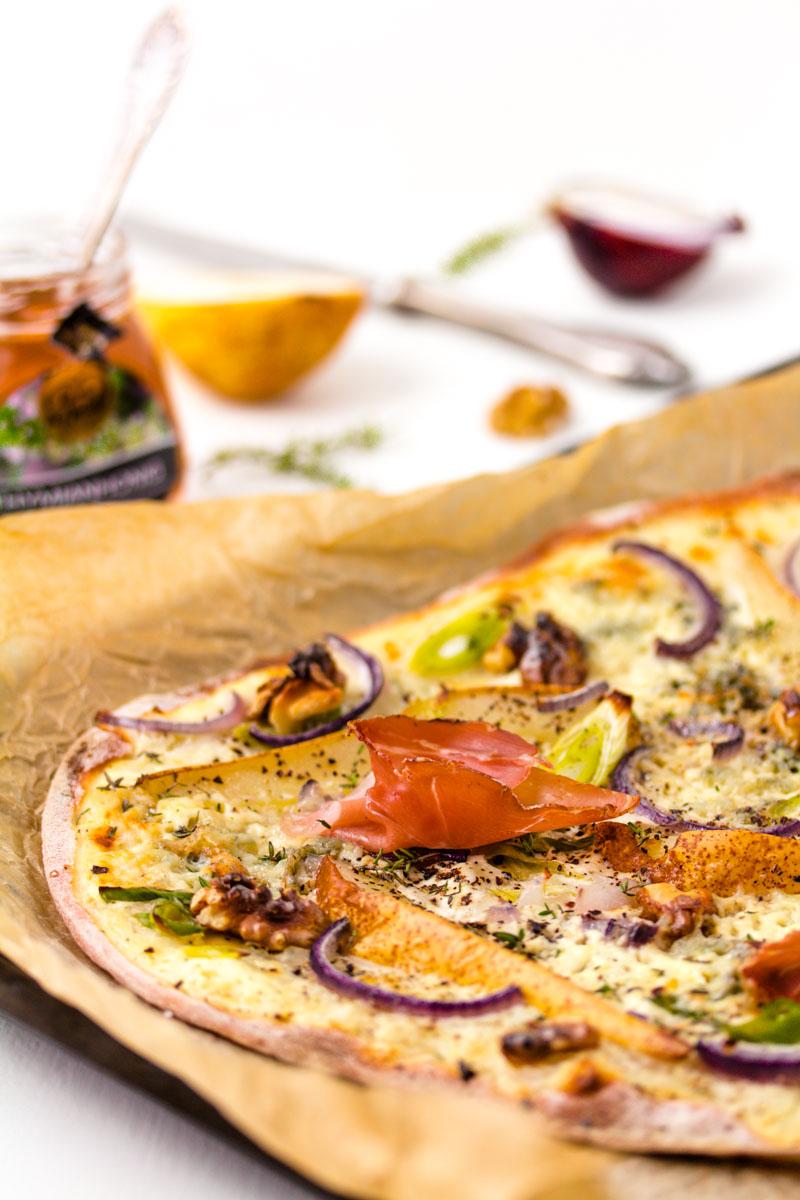 Birnen-Gorgonzola-Flammkuchen mit Tiroler Speck