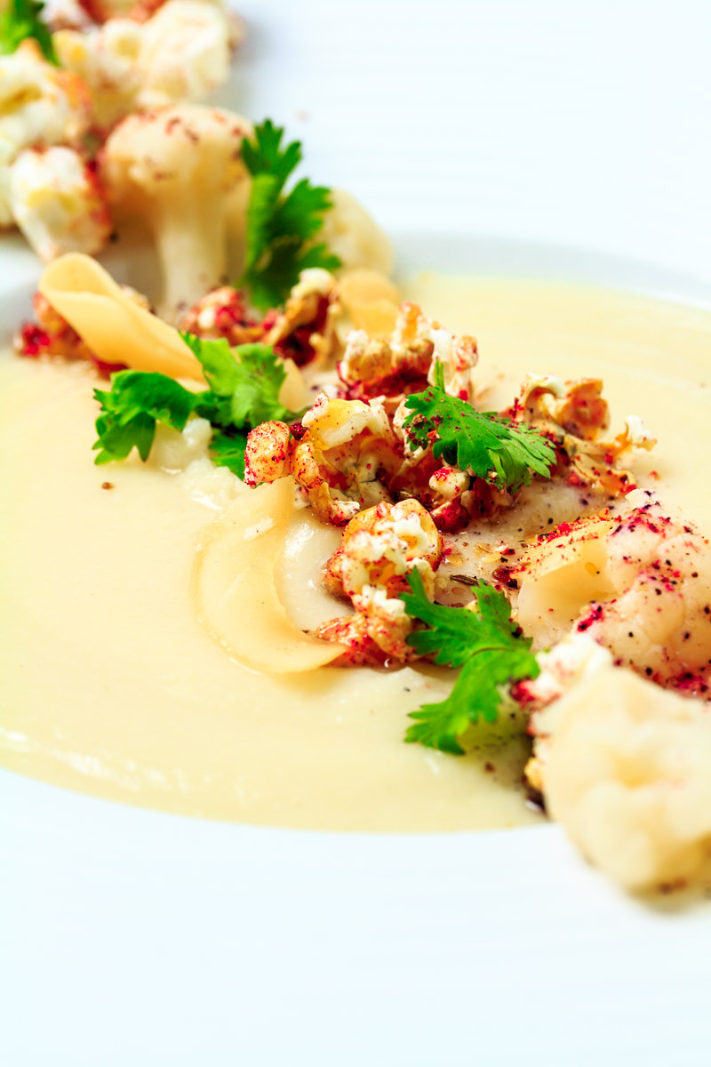 Blumenkohl-Kokos-Cremesuppe mit rotem Curry-Popcorn