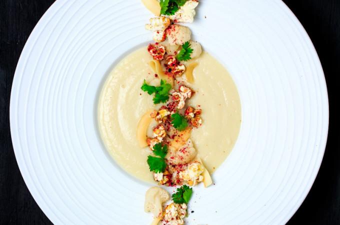 Blumenkohl-Kokos-Cremesuppe mit Curry-Popcorn