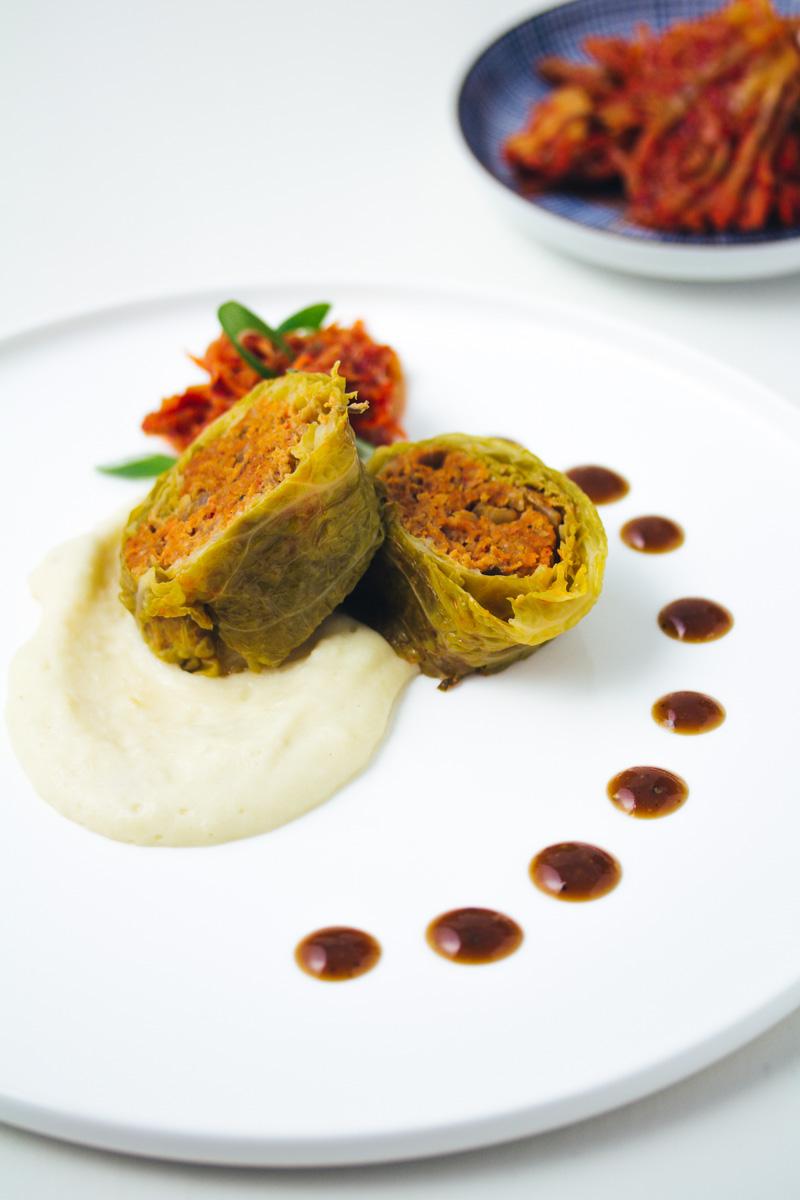 Kimchi-Wirsingroulade in Nahaufnahme