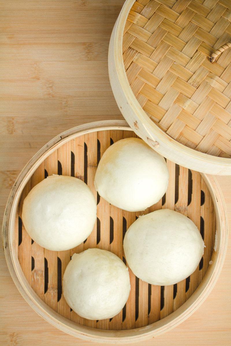 Fertige Mantou in einem Bambus-Dämpfkorb