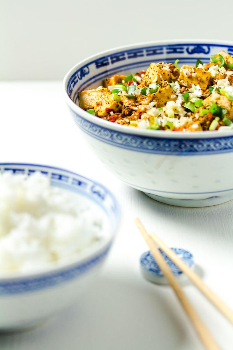 Schale Mapo-Tofu mit Stäbchen