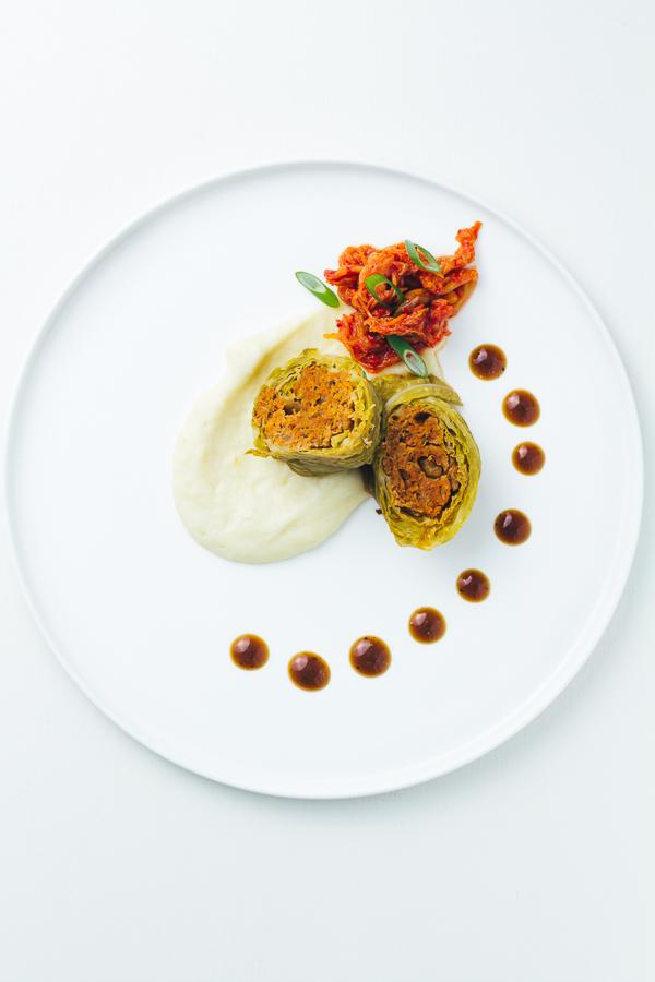 Kimchi-Wirsingrouladen mit Topinamburpüree