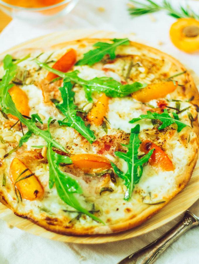 Leckerer Aprikosen-Mozzarella-Flammkuchen mit Panchetta und Rucola