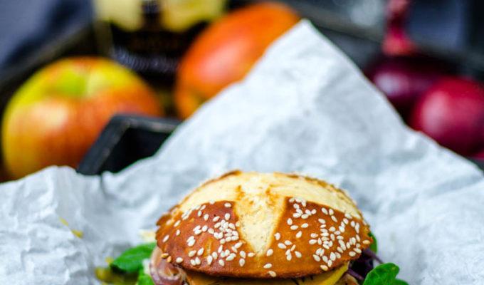 Chicken-Burger mit Apfel und Camembert im Laugenbrioche Bun