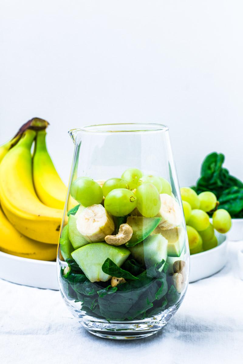 Die Zutaten für den grünen Smoothie fertig zum Mixen