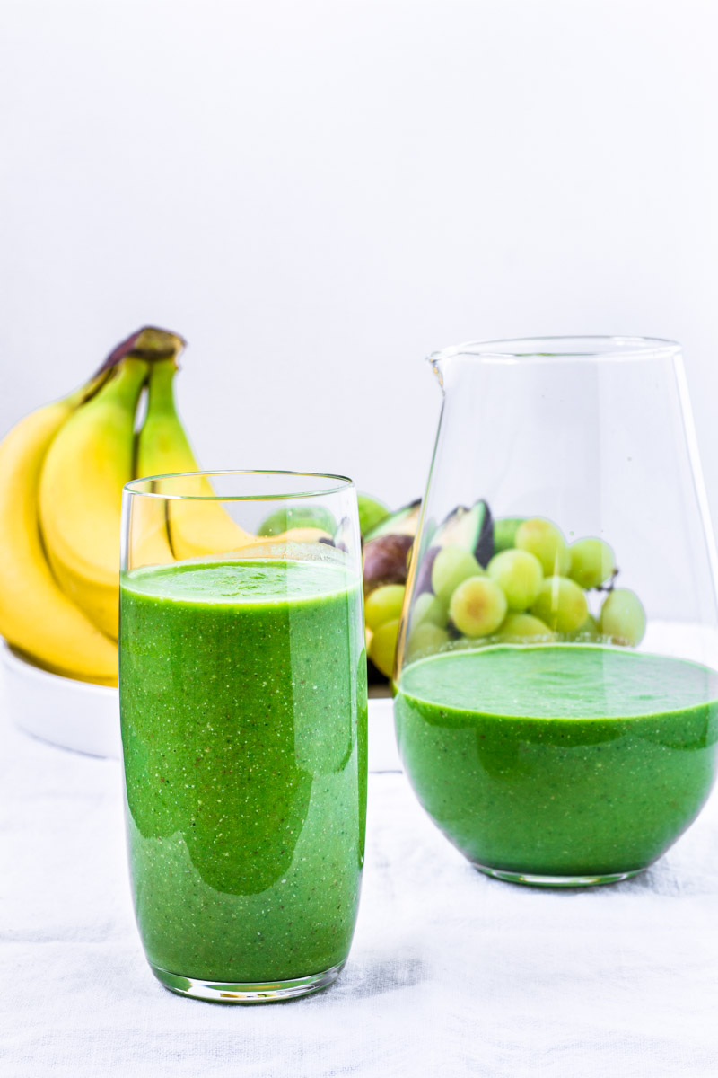 Grüner Smoothie mit Avocado und Spinat - Colors of Food