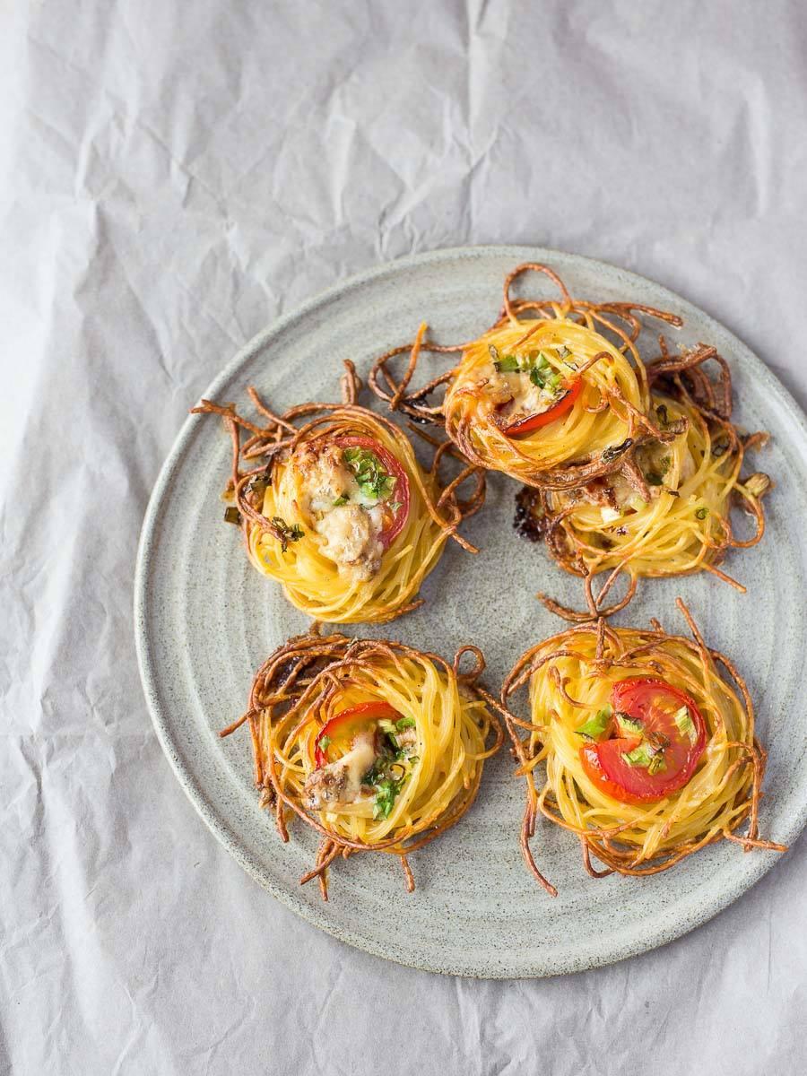 Spaghetti-Nester mit Blauschimmelkäse & Tomaten
