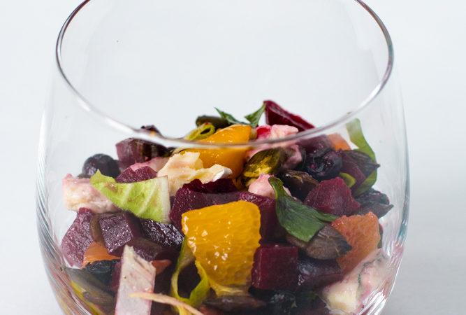 Leckerer rote Beete-Orangen-Blauschimmelkäse-Salat im Glas
