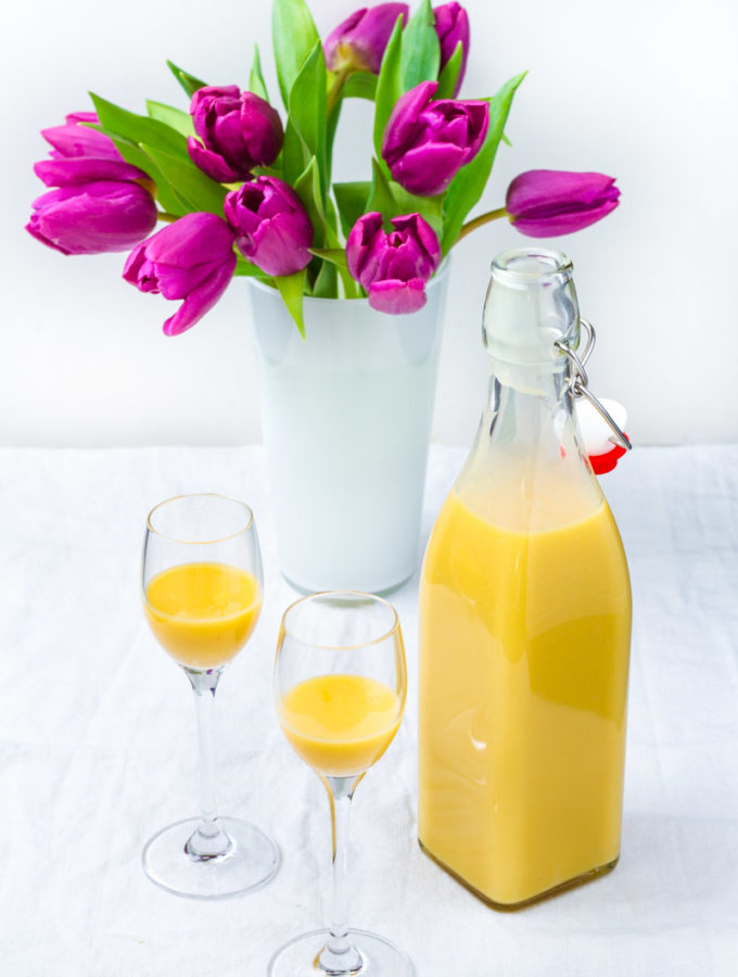 Eierlikör mit Tulpenvase