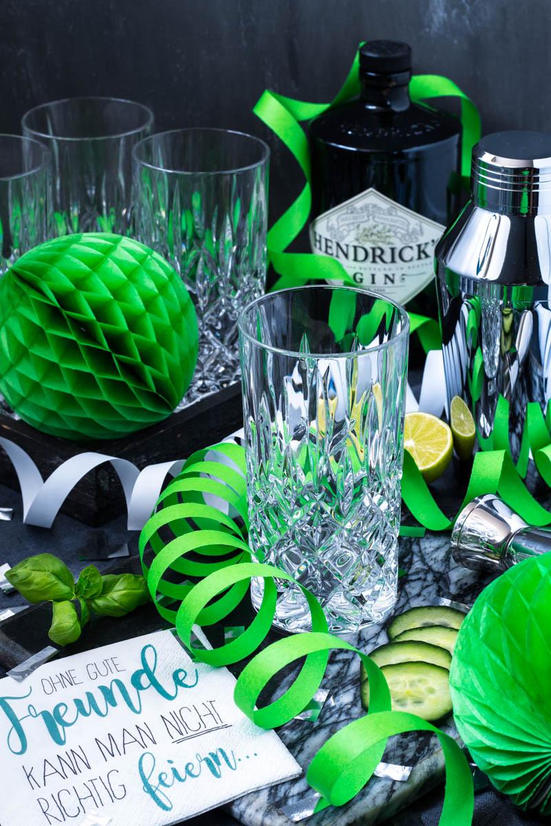 Leeres Longdrinksglas für den Gurken-Ingwer-Basilikum-Gin Fizz
