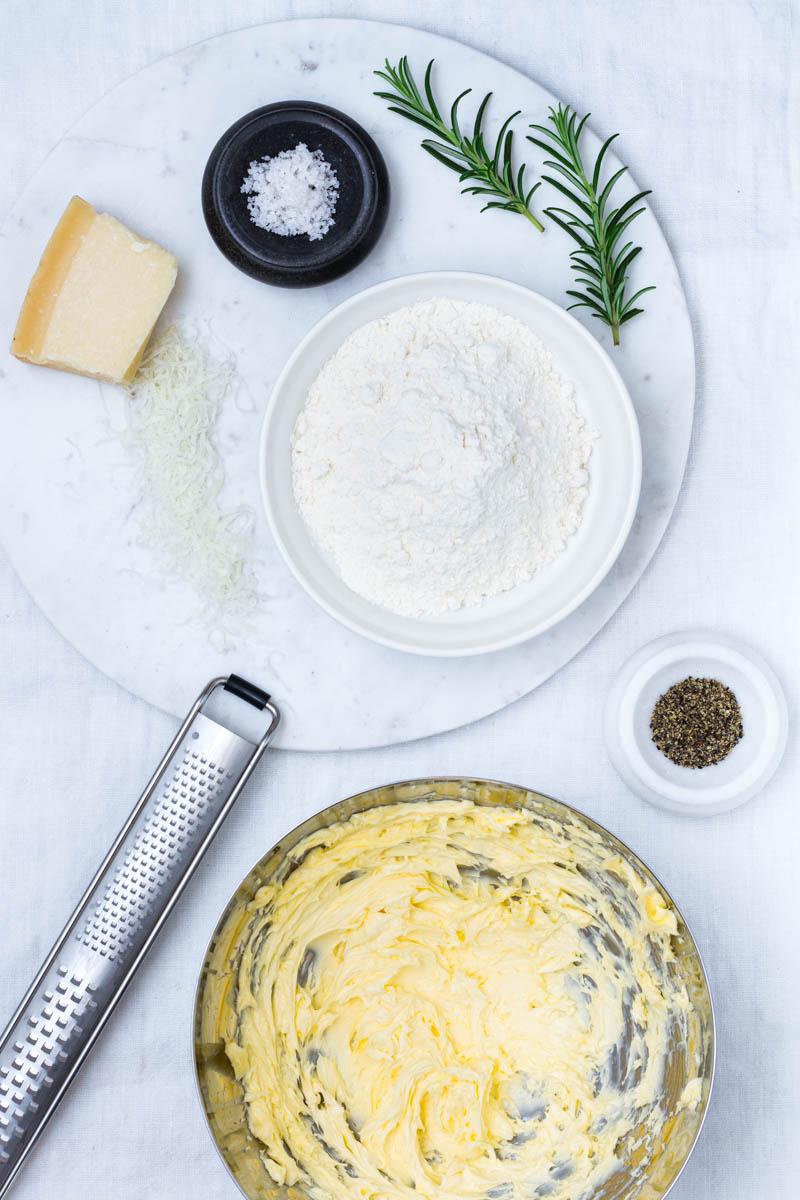 Zutaten für Parmesan-Rosmarin-Sables