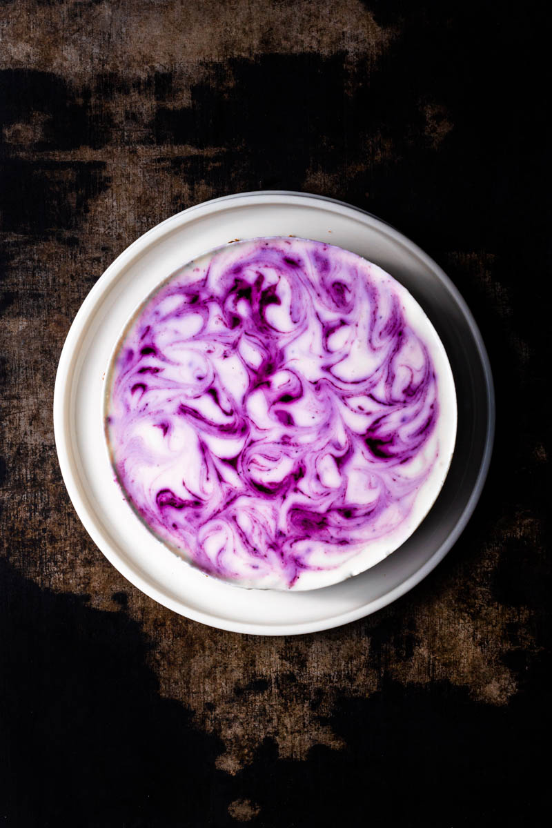 No-bake Cheesecake mit Blaubeer-Swirls