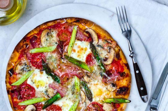 Knusprige Spargelpizza mit Mozzarella, Gorgonzola und Pancetta