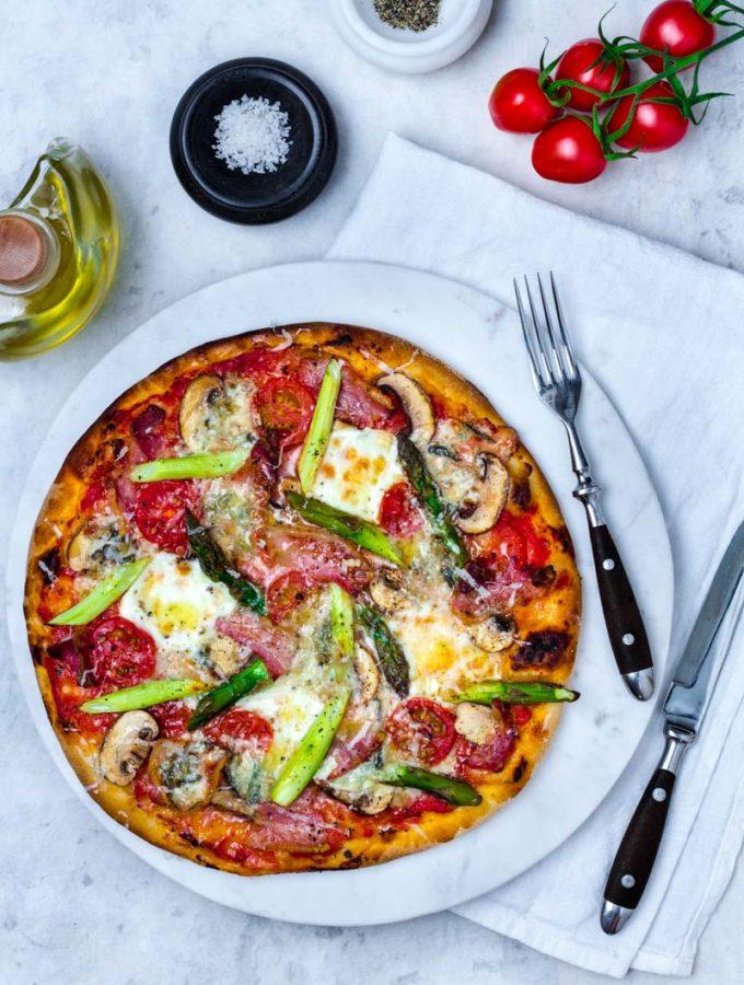 Spargelpizza mit Mozzarella, Gorgonzola und Pancetta