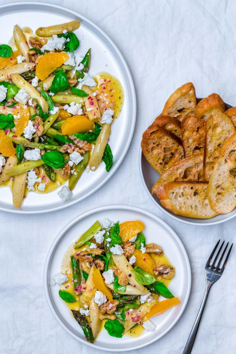 Spargelsalat mit Orangen-Vinaigerette, Feta und knusprigem Giabatta