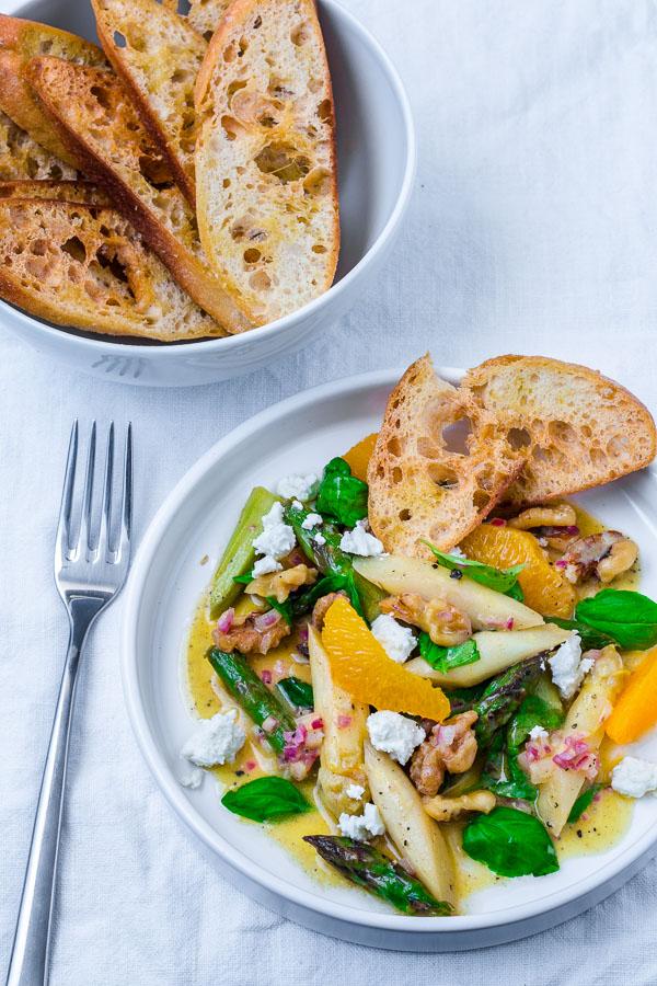 Spargelsalat mit Orangen-Vinaigrette und Feta
