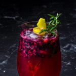 Gin Tonic mit Brombeeren und Rosmarin-Zitronen Sirup