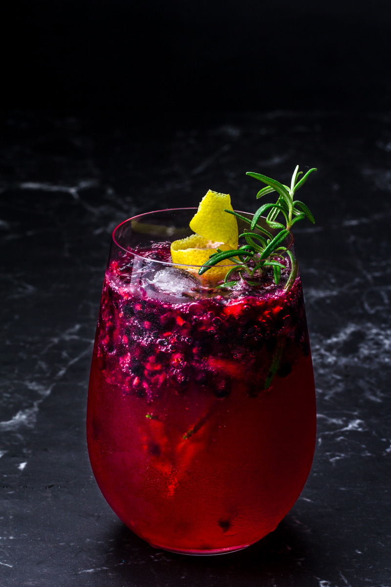Gin Tonic mit Brombeere und Rosmarin-Zitronen Sirup - Colors of Food