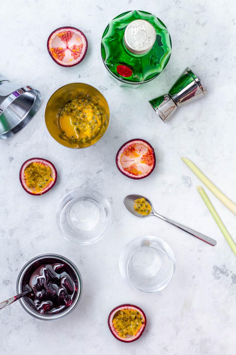 Zutaten für Gin Tonic mit Passionsfrucht und Hibiskus Sirup