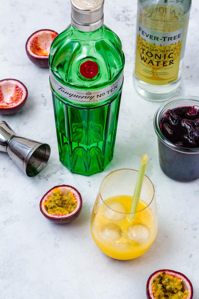 Passionsfrucht mit Gin gemixt im Glas