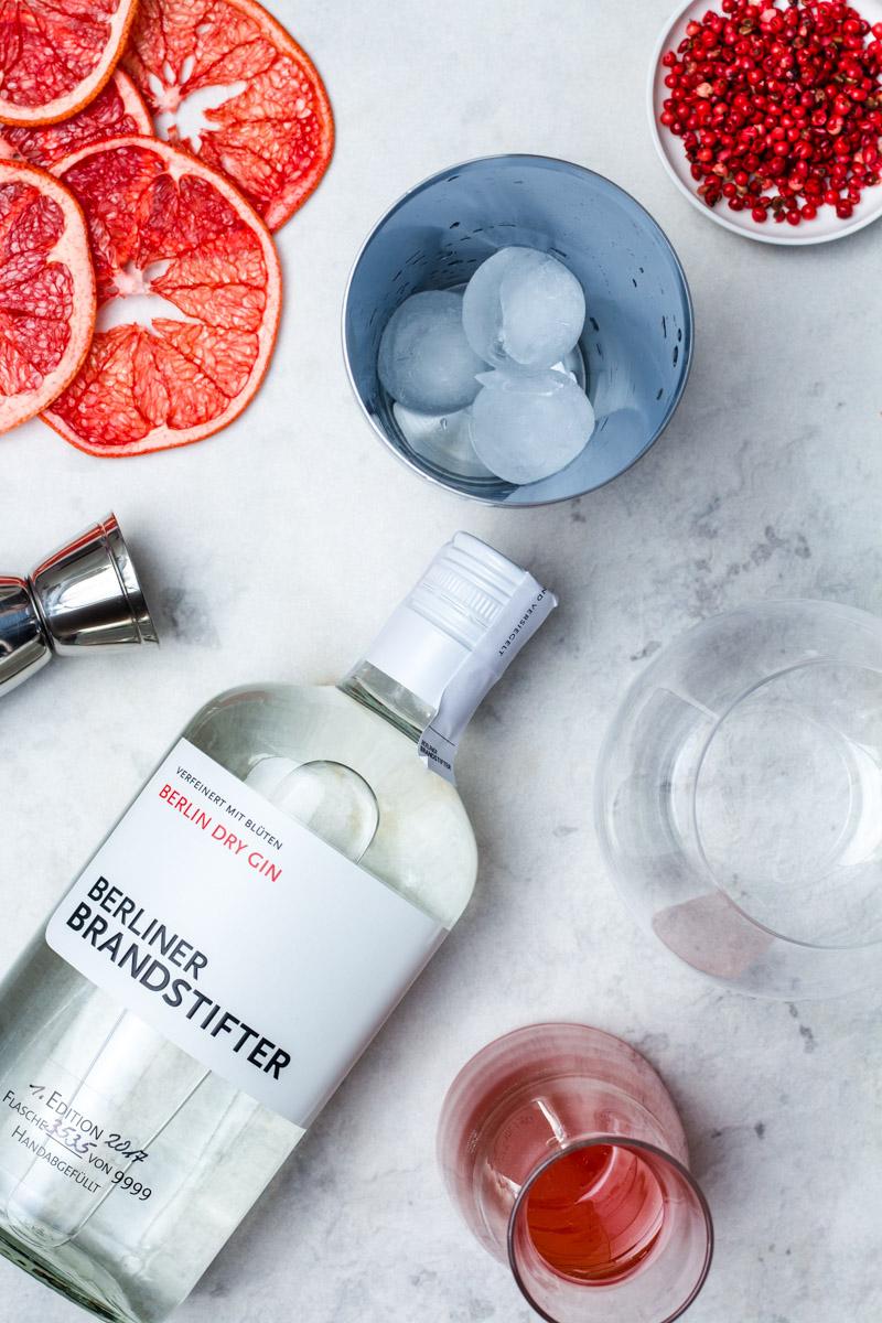 Berliner Brandstifter Gin ist der ideale Begleiter für diesen Gin Tonic mit Pink Grapefruit-Pfeffer Sirup