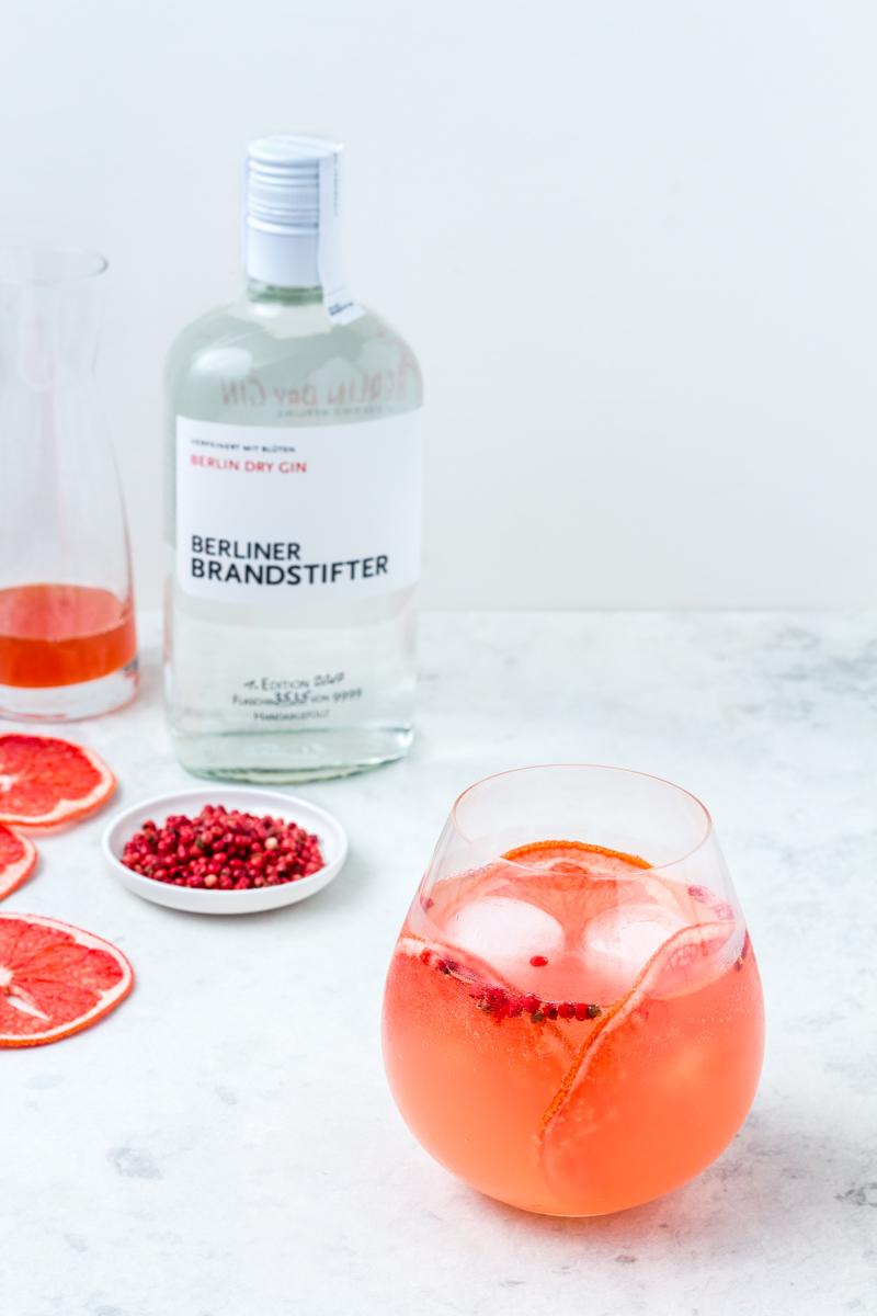 Gin Tonic mit Berliner Brandstifter Gin und Pink Grapefruit-Pfeffer Sirup