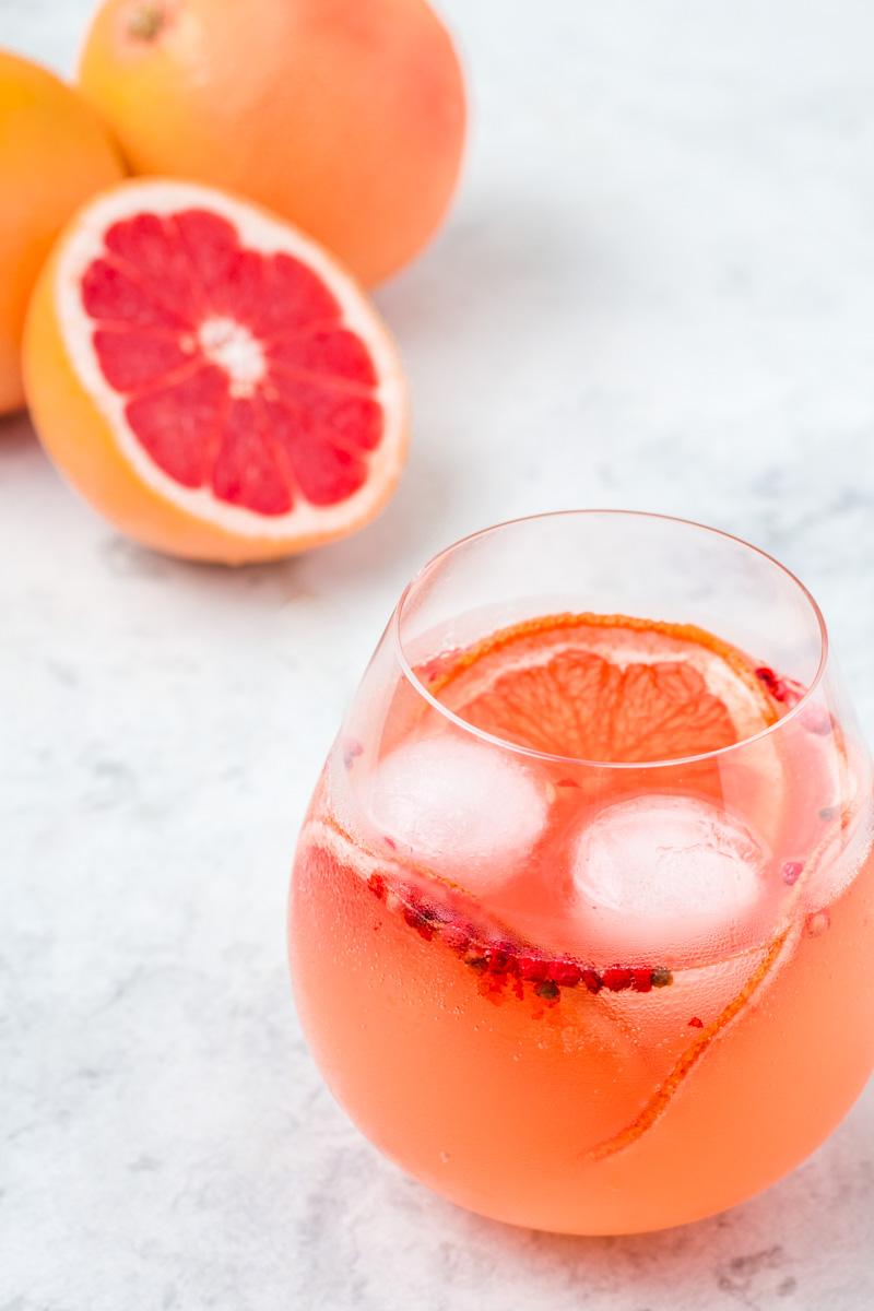 Super erfrischender Gin Tonic mit Pink Grapefruit-Pfeffer Sirup