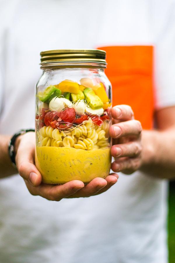 Nudelsalat mit Avocado-Mango-Salsa und Mango-Dressing