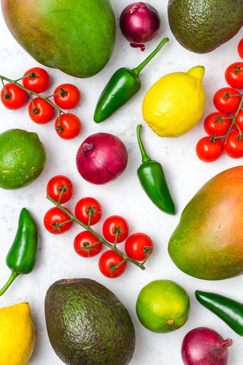 Gemüse und Obst für die Avocado-Mango-Salsa