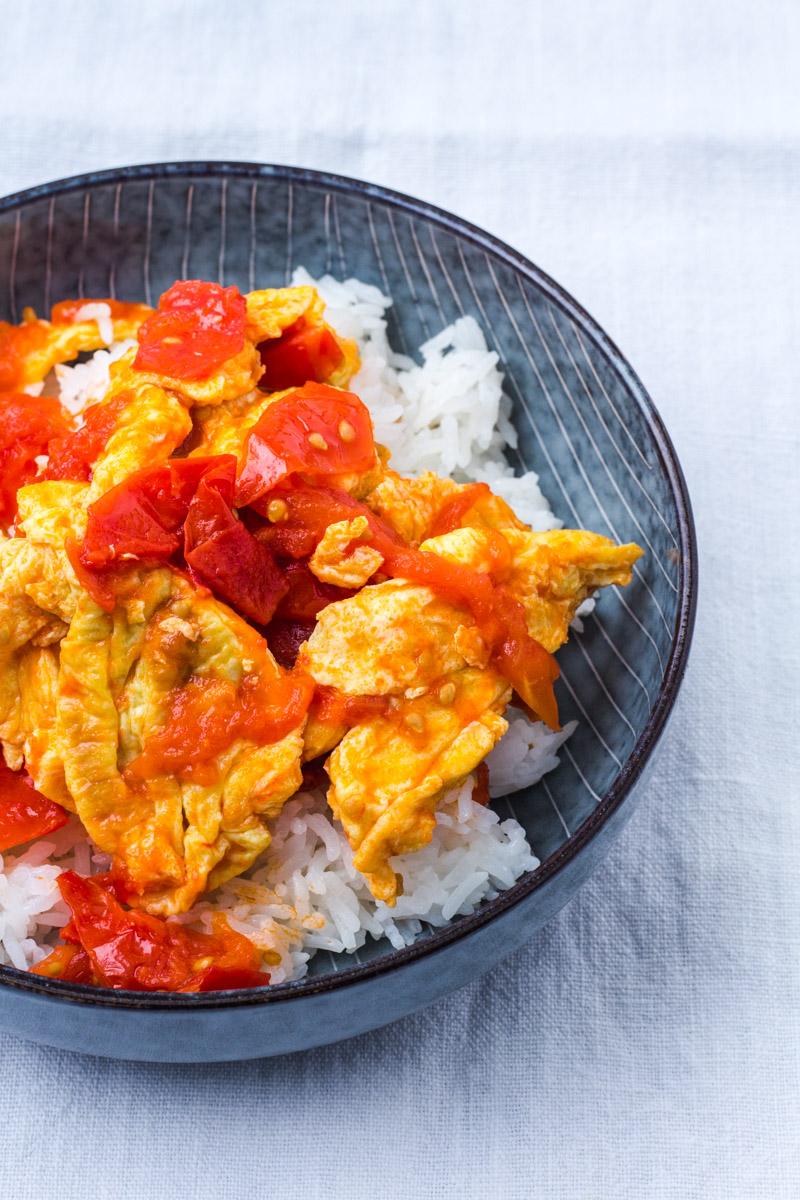 Chinesisches Ruehrei mit gebratenen Tomaten in Schälchen