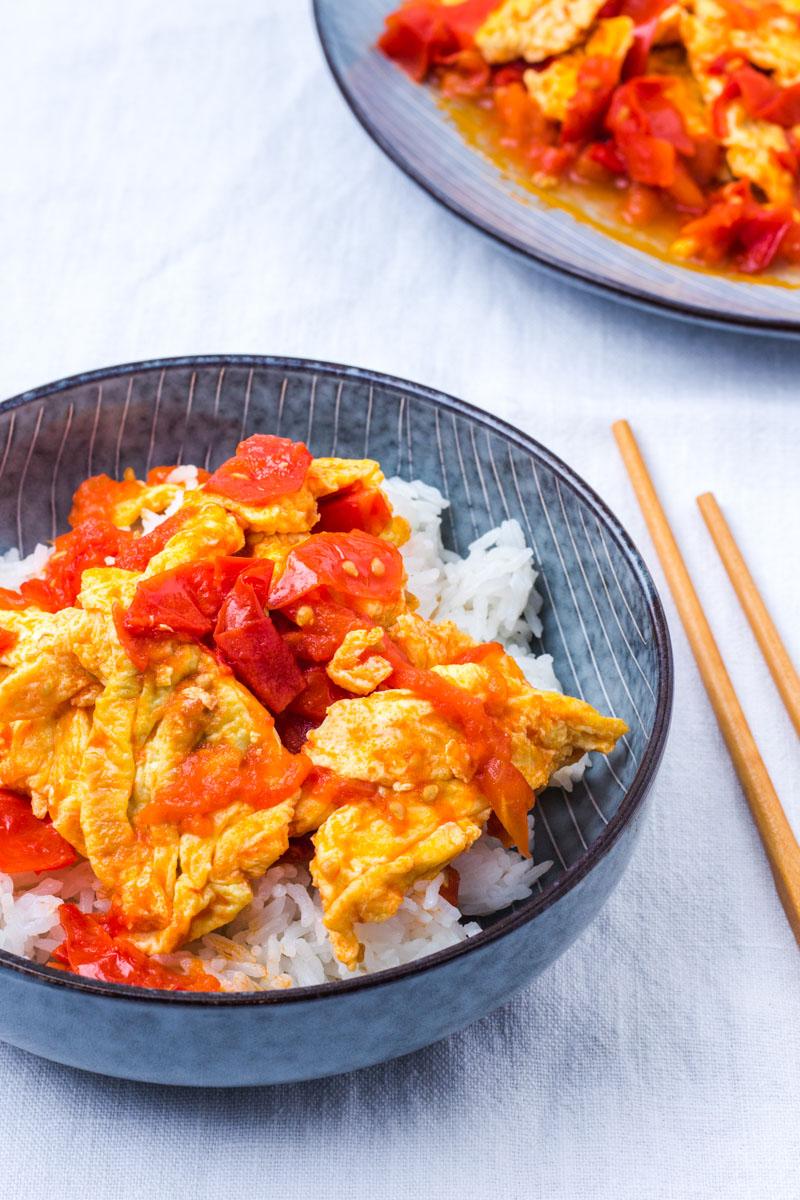 Chinesisches Ruehrei mit gebratenen Tomaten