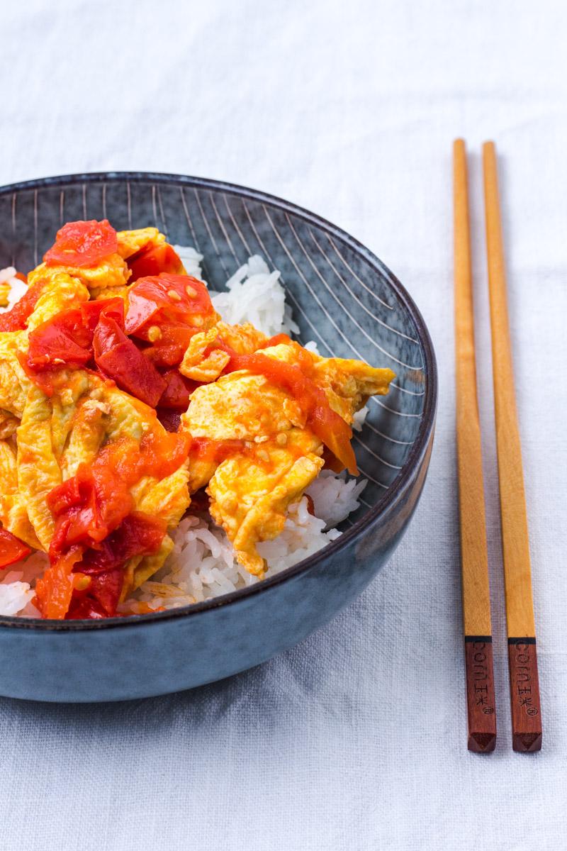 Chinesisches Ruehrei mit gebratenen Tomaten und Reis