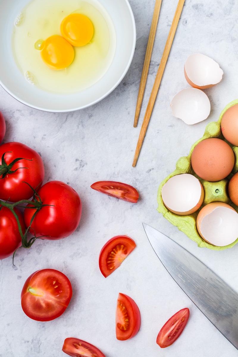 Zutaten für Chinesisches Ruehrei mit gebratenen Tomaten