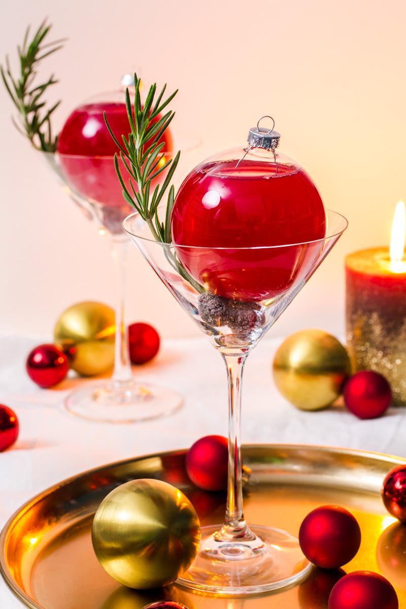 Cranberry-Martinez weihnachtlich präsentiert
