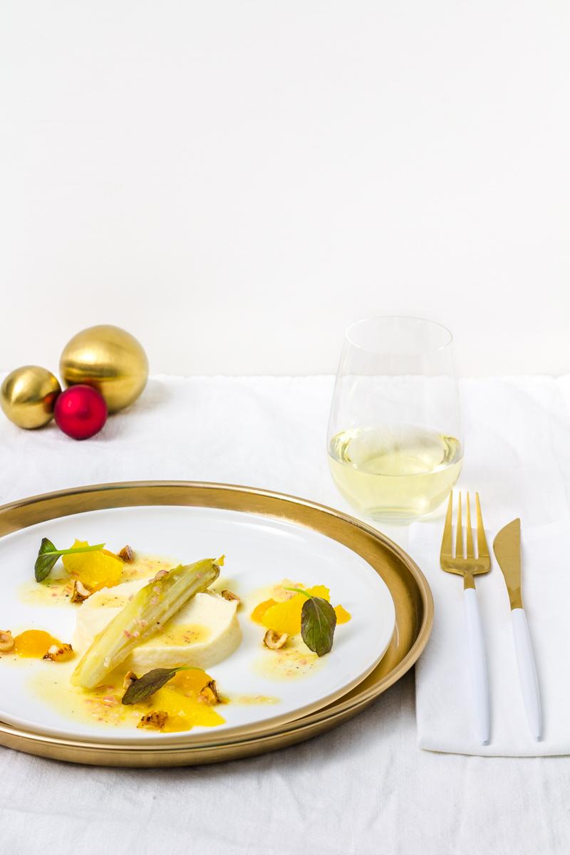 Geschmorter Chicorée mit Selleriepüree, karamellisierten Chili-Haselnüssen, Passionsfrucht-Gel und Orangenvinaigrette