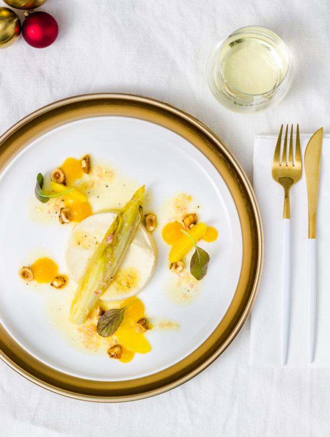 Geschmorter Chicorée mit Selleriepüree, karamellisierten Chili-Haselnüssen, Passionsfrucht-Gel und Orangen-Vinaigrette