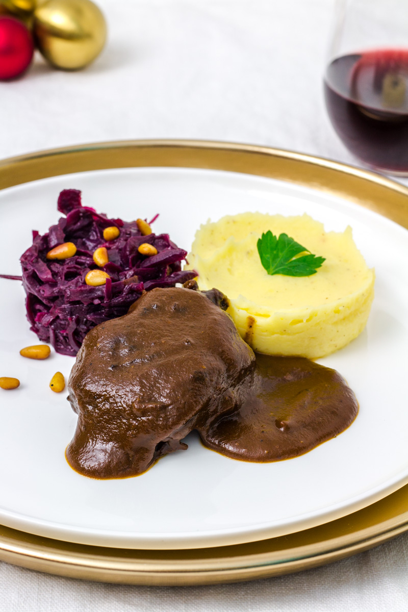 Rinderbäckchen mit Rotkohl und Kartoffelpüree Nahaufnahme