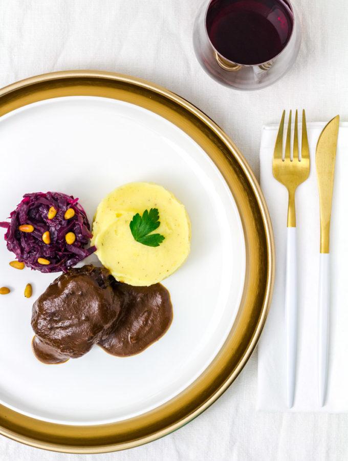 Rinderbäckchen mit Rotkohl und Kartoffelpüree