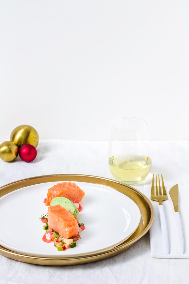 Sous-Vide gegarter Lachs mit Apfel-Gurken-Radieschen-Salat und Wasabi-Gurken-Eis und Riesling