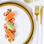 Sous-Vide gegarter Lachs mit Apfel-Gurken-Radieschen-Salat und Wasabi-Gurken-Eis
