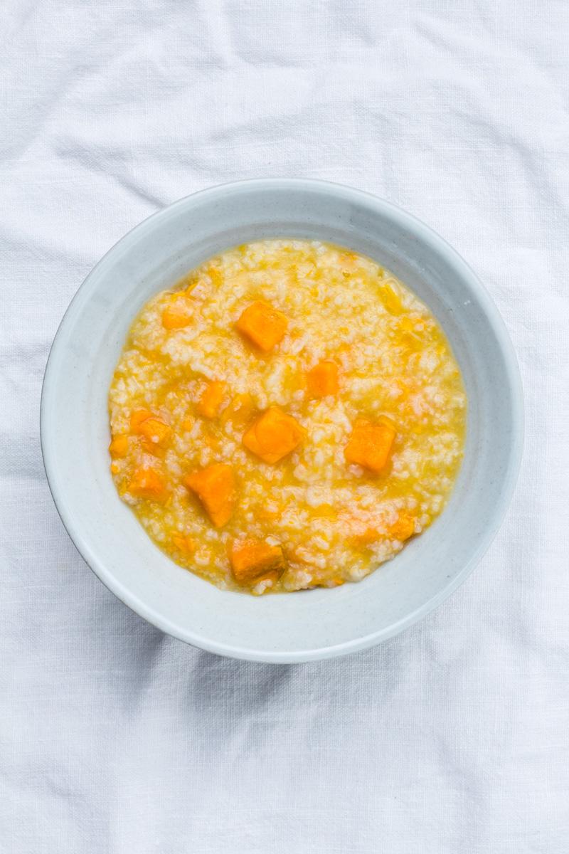 Suesskartoffel-Reis-Congee in kleiner Schüssel