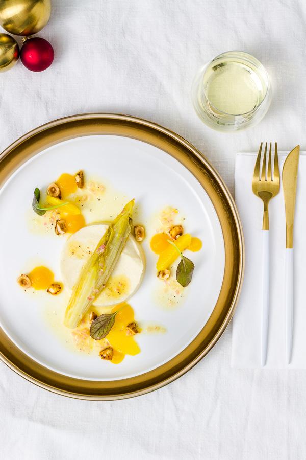 Geschmorter Chicorée | Selleriepüree | Chili-Haselnüsse | Passionsfrucht-Gel | Orangen-Vinaigrette