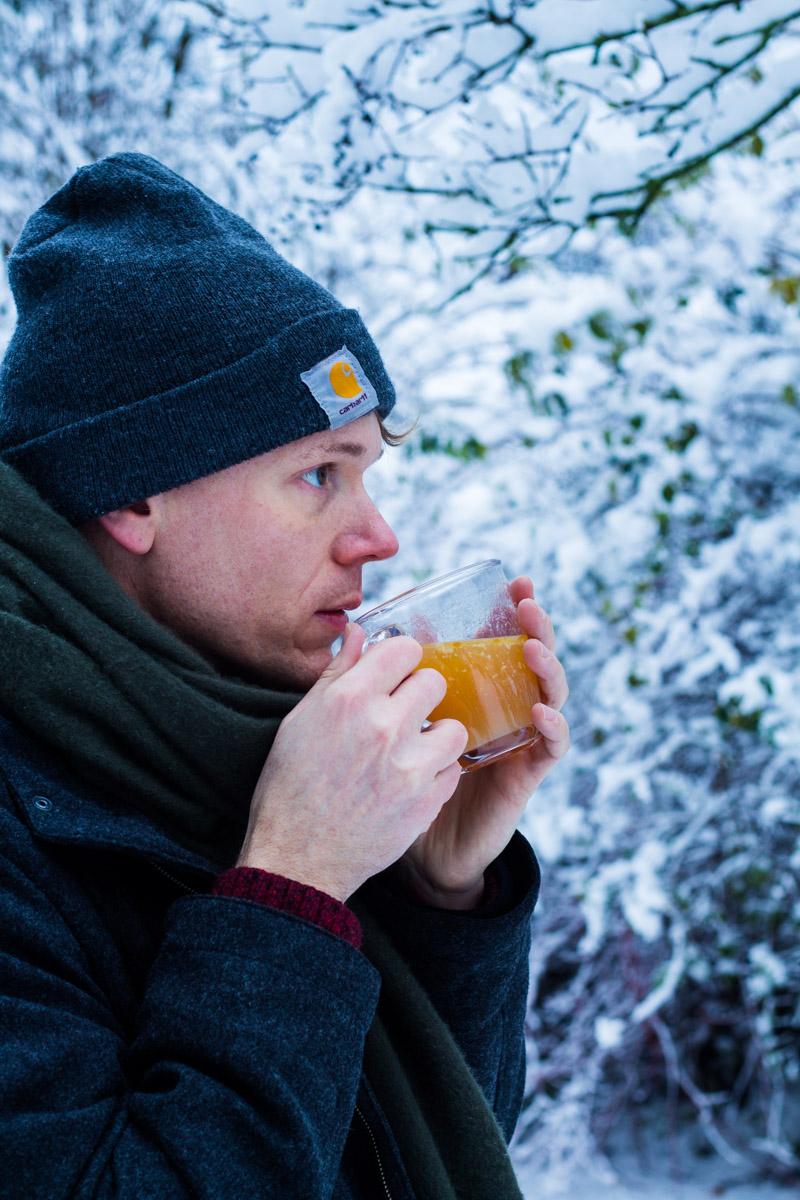 Lars trinkt eine Tasse Hot Buttered Rum