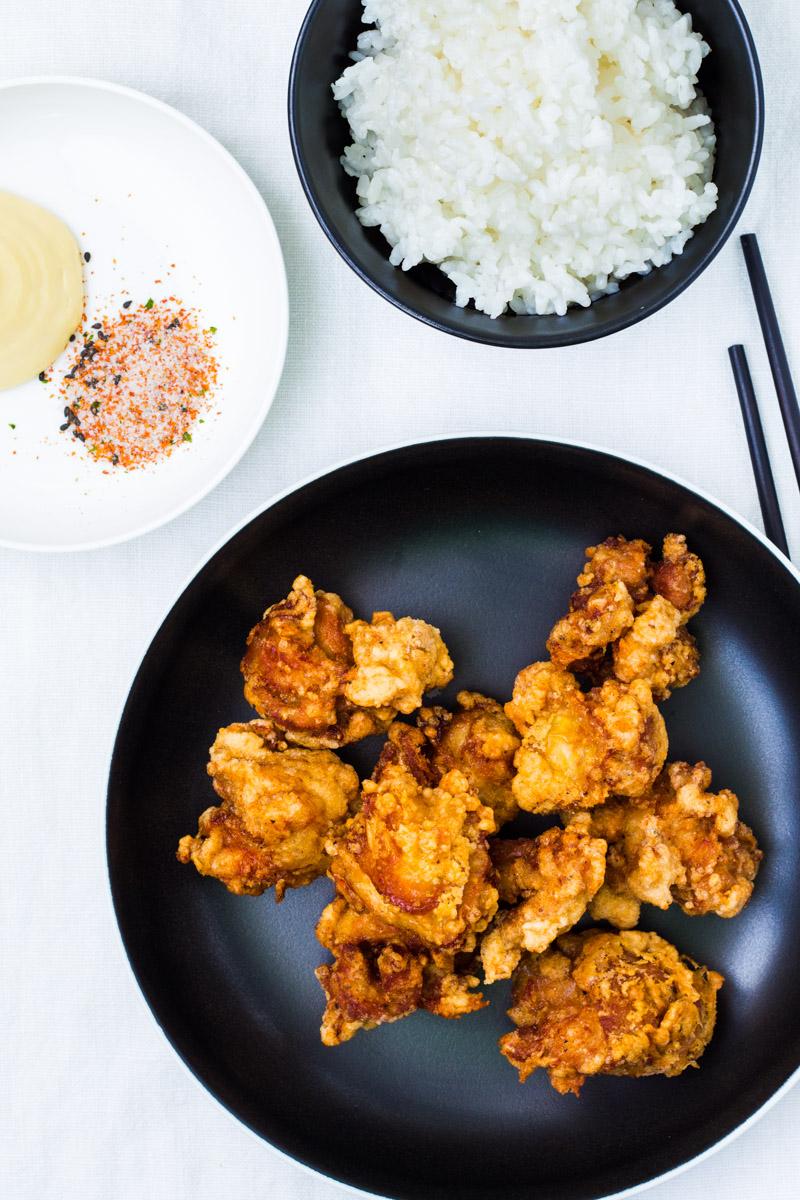 Karaage mit Reis, Mayonnaise und Shichimi Togarashi