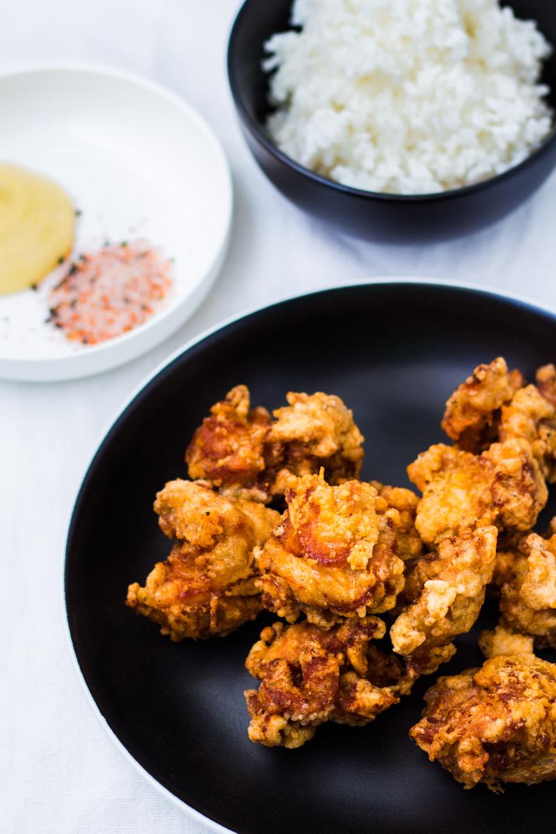 Knusprige Karaage mit Reis, Mayonnaise und Shichimi Togarashi
