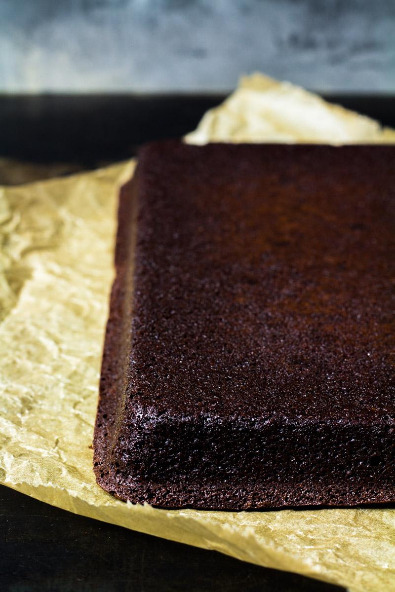 Umgedrehter Brownie nach dem Stürzen aus der Form