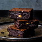 Stapel super saftige Macadamia-Brownies