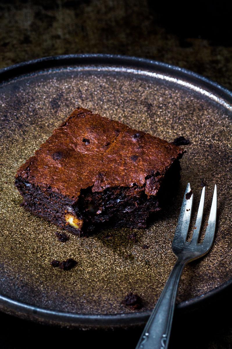 Macadamia-Brownie auf Teller mit Gabel